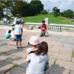 茂原市の萩原交通公園で遊ぶ女性と子供