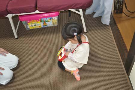 2015-4ママの施術を待つ女の子