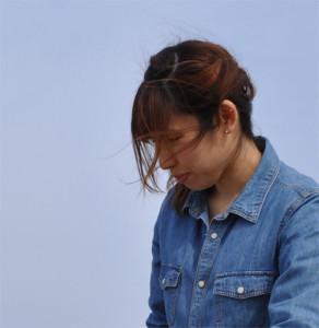 千葉県の九十九里浜で頭痛に悩む女性