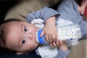 6ヶ月の孫 哺乳瓶を持って飲んでる
