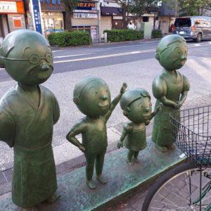 桜新町駅前の磯野家の銅像
